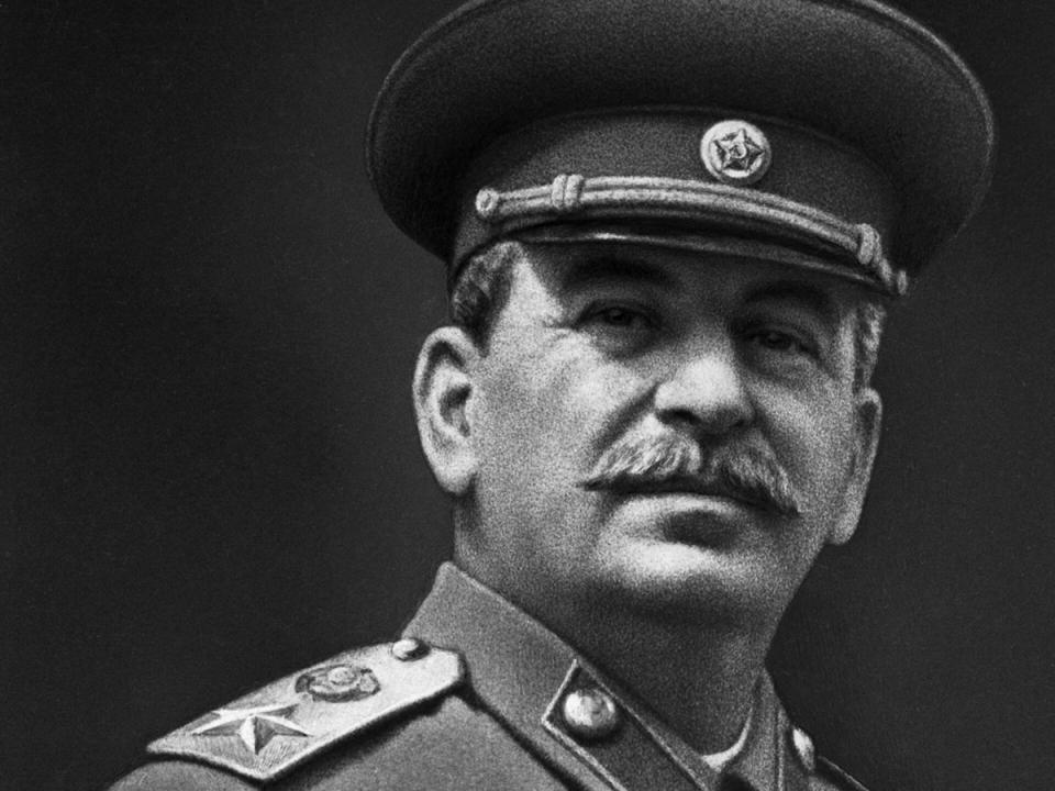 """Что предсказывал И. В. Сталин о будущем страны?""""Многие дела нашей партии и народа будут извращены и оплеваны, прежде всего за рубежом, да и в нашей стране тоже.Сионизм, рвущийся к мировому господству, будет жестоко мстить нам за наши успехи и достижения. Он все еще рассматривает Россию как варварскую страну, как сырьевой придаток.И мое имя тоже будет оболгано, оклеветано. Мне припишут множество злодеяний.Мировой сионизм всеми силами будет стремиться уничтожить наш Союз, чтобы Россия больше никогда не могла подняться.Сила СССР - в дружбе народов. Острие борьбы будет направлено, прежде всего, на разрыв этой дружбы, на отрыв окраин от России. Здесь, надо признаться, мы еще не все сделали. Здесь еще большое поле работы.С особой силой поднимет голову национализм. Он на какое-то время придавит интернационализм и патриотизм, только на какое-то время. Возникнут национальные группы внутри наций и конфликты.Появится много вождей-пигмеев, предателей внутри своих наций.В целом, в будущем, развитие пойдет более сложными и даже бешеными путями, повороты будут предельно крутыми. Дело идет к тому, что особенно возбудится Восток. Возникнут острые противоречия с Западом.И все же, как бы ни развивались события, но пройдет время, и взоры новых поколений будут обращены к делам и победам нашего социалистического Отечества. Год за годом будут приходить новые поколения. Они вновь подымут знамя своих отцов и дедов и отдадут нам должное сполна.Свое будущее они будут строить на нашем прошлом.Все это ляжет на плечи Русского народа. Ибо Русский народ — великий народ! Русский народ — это добрый народ!У Русского народа, среди всех народов, наибольшее терпение! У Русского народа — ясный ум. Он как бы рожден помогать другим нациям! Русскому народу присуща великая смелость, особенно в трудные времена, в опасные времена. Он инициативен. У него — стойкий характер. Он мечтательный народ. У него есть цель. Потому ему и тяжелее, чем другим нациям. На него можно положиться в любую беду.Русский народ неодо"""